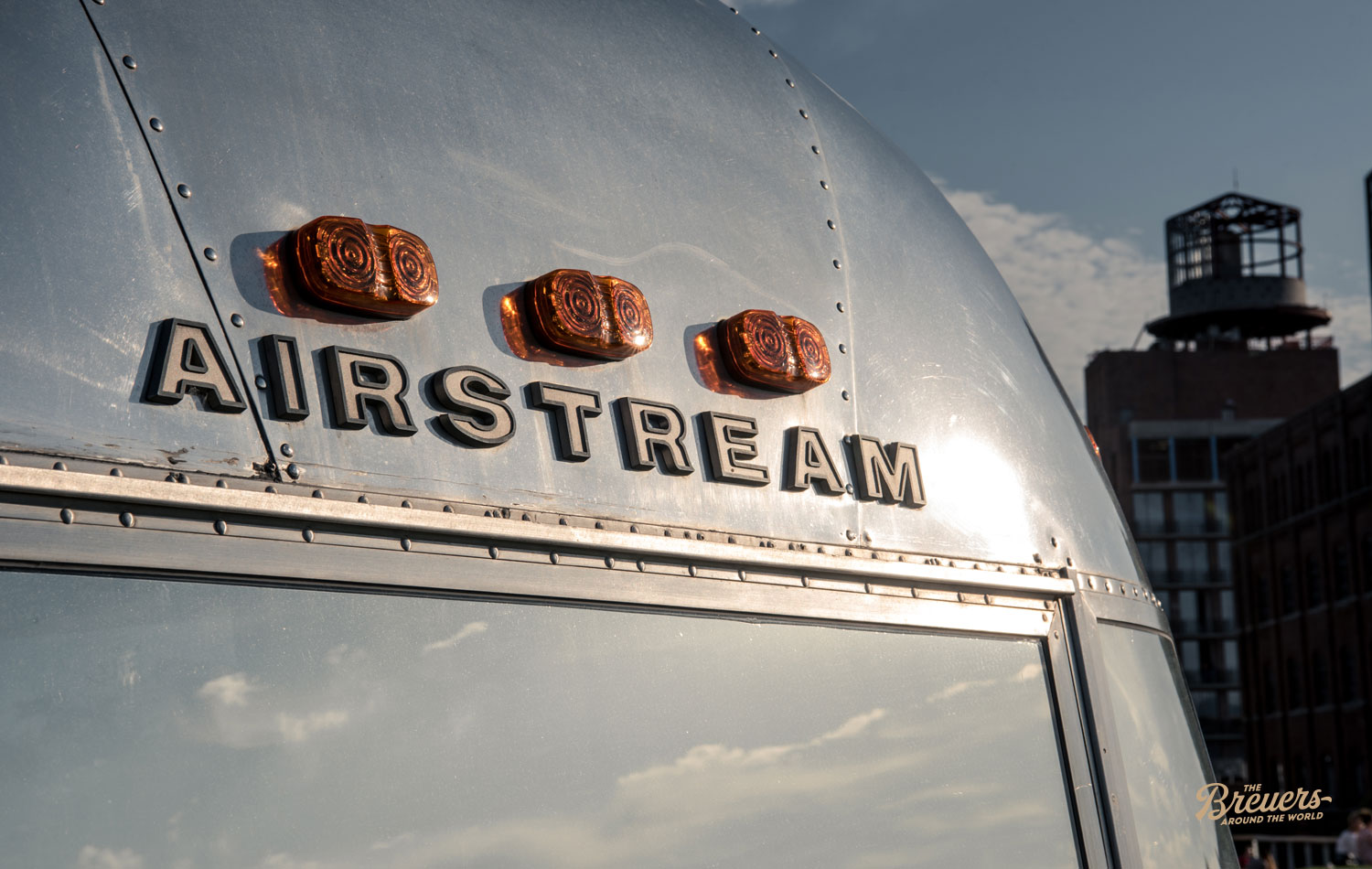 Alter Airstream vor einem Hotel in Williamsburg